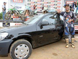 Foto: Balbi comemora a vitória ao lado do carro que ganhou como prêmio