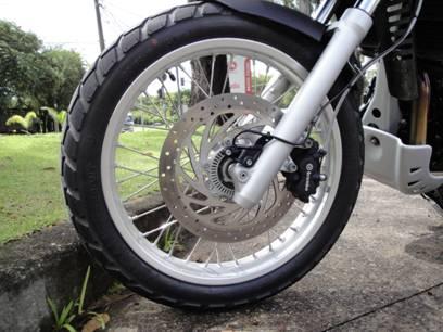 O grande freio a disco equipado com ABS