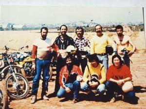 Desbravando trilhas em Alphaville: Júlio Carone, Carlos E. E. Coachman (Carlão) Sinésio Fernandes, Emílio Camanzi (4-rodas Moto) e Carlos Bittencourt - Agachados Jornalistas da equipe 4 rodas Moto