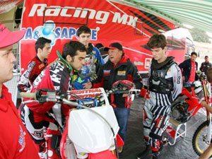 Foto: Wilson Yasuda (centro), chefe de equipe da delegação brasileira no Motocross das Nações 2009