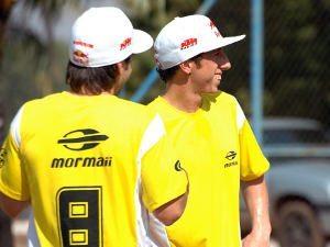 Foto: Rui Gonçalves e Antonio Cairoli durante a partida de futebol