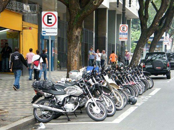 Em algumas áreas o estacionamento para as motos está ficando mais organizado.