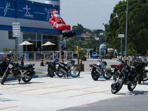 Espaço para motos, numa grande loja de artigos esportivos em São Paulo