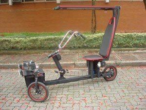 Foto: Movido a baterias de carro ou à energia solar, o triciclo possui tração elétrica e mecânica, o que permite o condutor também pedalar