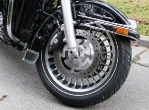 Freios potentes para dar conta do peso da moto
