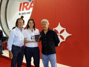 Foto: Divulgação - Claudia Olmedo recebe troféu dos promotores Emerson Fittipaldi e Alberto Pellegrini