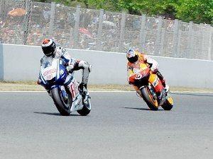 Foto: MotoGP.com - Lorenzo perseguido por Dovizioso