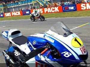 Foto: MotoGP.com - Agostini passa na reta de Assen com sua  YZR500 OW23