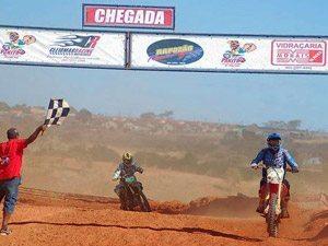 Foto: Luciano de Oliveira (#41) recebe a bandeirada logo à frente de Paulo Stedile (#10)