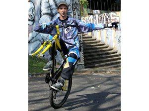 Paranaense faz nova tentativa de recorde de empinada de bicicleta