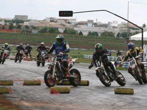 Foto: Os pilotos de Supermoto puderam utilizar trechos de terra no Autódromo de Goiânia