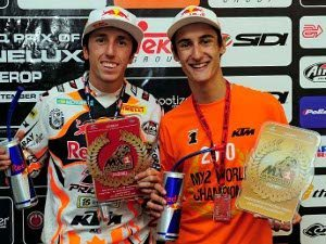 Foto: Os campeões do Campeonato Mundial de Motocross, Tony Cairoli e Marvin Musquin, no pódio.
