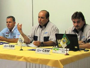 Foto: O presidente da CBM entre seus vices, Renan Loubak (esquerda na foto) e Assis Aquino