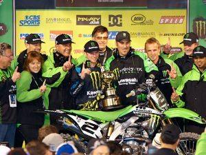 Foto: Ryan Villopoto comemora com sua equipe a vitória na primeira etapa do ano