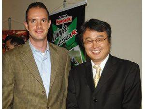 Foto: Bruno Corano e Hisohi Ito, presidente da Kawasaki Brasil