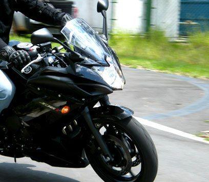 Modelo carenado oferece mais proteção ao piloto - foto: Yamaha divulgação