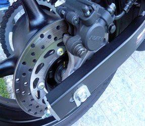 O freio traseiro é bom e sensível mas pode travar se a traseira ficar muito leve nas frenagens mais fortes, freio motor ajuda.