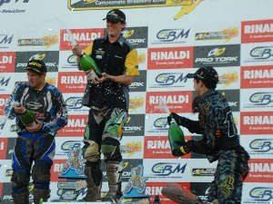 Foto: Pedrinho Plá/Divulgação CBM - Chatfield, Scott e Thales na festa do champanhe da categoria MX1