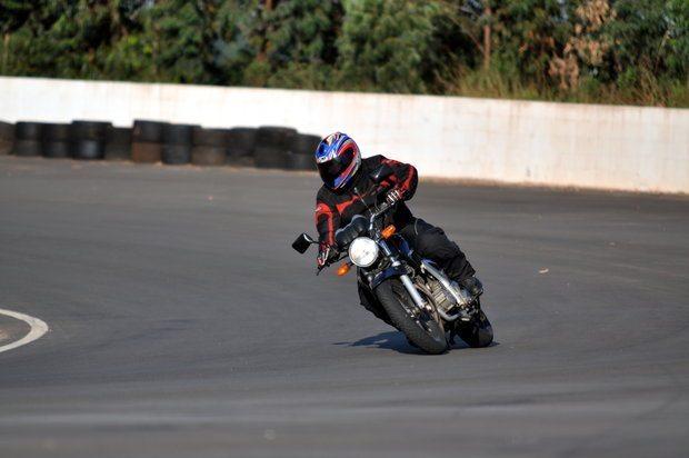Foto: André acelerando no curso