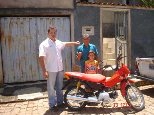 Foto: Entrega da moto ao vencedor
