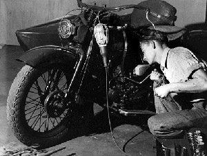 Foto: Tio Tite examina uma moto usada