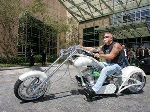 Foto: Paul Senior, da OCC, com moto da marca em São Paulo