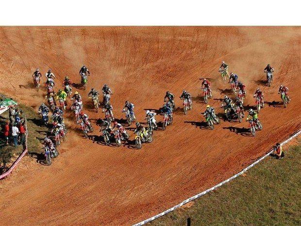 Foto: Largada da categoria MX2 na pista de Cachoeiro de Itapemirim