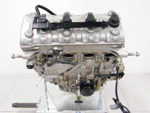 Motor excepcional pesa 59,3Kg. Tem apenas 46,3 cm de largura no virabrequim e perfil em V para dar espaço nas curvas