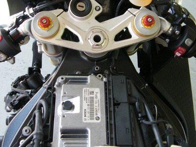 Central eletrônica fica logo à frente do tanque, junto com o elemento do filtro de ar