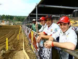 Foto: Equipe brasileira faz reconhecimento a p' da pista de Budds Creek onde acontece o Motocross das Na‡äes