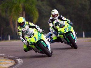 Foto: Scudeler (e) e Chofard disputam o t¡tulo da categoria Superbike do Campeonato Brasileiro de Motovelocidade