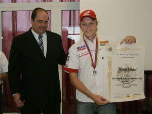 Foto: Alexandre Caravana, presidente da CBM, entregou medalha e diploma ao piloto Rodrigo Selhorst, vie-campeÆo latino-americano de Motocross na MX2