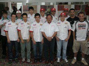 Foto: Pilotos do Team Honda posam para foto durante almo‡o em SÆo Paulo