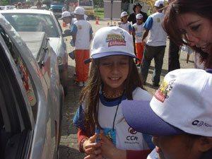 Crianças dão dicas de trânsito na via Dutra até as 16h de hoje, em São José dos Campos (SP)