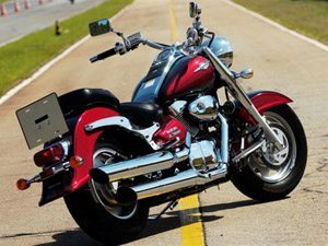 Custom de 1.500 cc da Suzuki segue estilo clássico