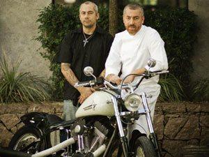 Foto: Designer de motos Fabiano Depercia, o Caju, com o chef Alex Atala e sua moto customizada