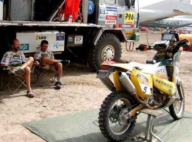 Foto: Jean e o mecƒnico Geraldo Lima se protegem do sol em Tambacounda