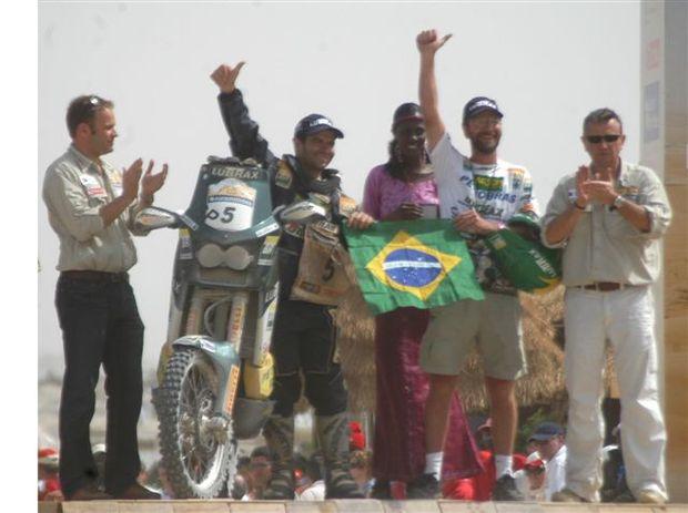Foto: Jean Azevedo e Geralo Lima cruzam a linha de chegada do Dakar 2007