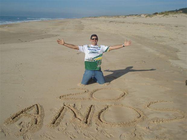 Foto: Klever Kolberg comemora os 20 anos de Rally Dakar na praia de Fonte da Telh
