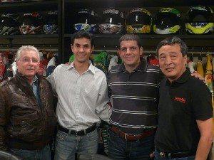 Sr. Coelho (pai de Alex), Bruno (sócio do Motonline), Alex Barros e Harada (foto: Tércio)