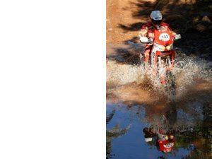 Foto: Jacek Czachor disputa o Rally Internacional dos Sertões entre as motos