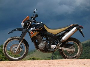 Foto: XT 660R na terra e no asfalto