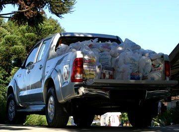 Foto: Toyota Hilux com donativos