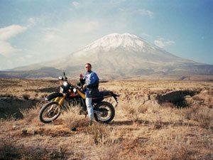 Foto: Barros em uma das viagens pela Am'rica do Sul (VulcÆo el Mist)