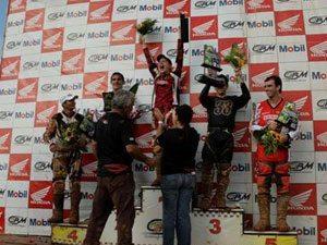 Foto: Equipe 2B Racing subiu no pódio em todas as categorias. Na foto, Mariana no lugar mais alto