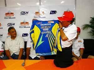 Foto: Wilson Yasuda, apresenta o uniforme que ser usado no Motocross das Na‡äes