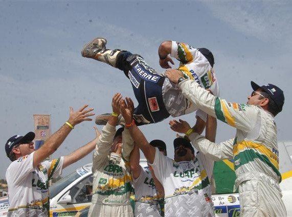 Foto: Equipe Petrobras Lubrax sa£dam o piloto Jean Azevedo em Dakar, no Senegal.