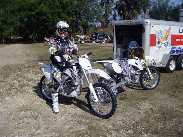 Foto: Piloto da equipe Dunas Mx/Sx se prepara para treino nos Estados Unidos