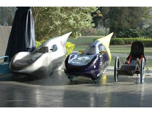 Estudantes de engenharia invadem o kartódromo com carros de alumínio, plástico, papelão e bambu