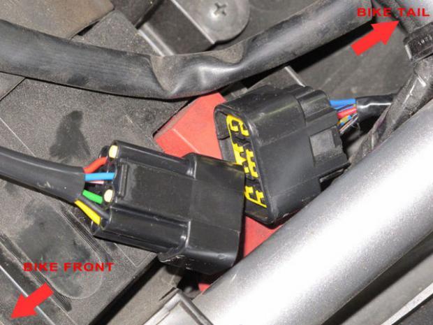Acima a porta de expansão da EFI que é usada para conectar o FI Tuner Pro, e abaixo vemos a instalação pronta. No circulo à esquerda vemos o FI Tuner Pro preso (com velcro) em um local protegido, e no circulo à direita temos as conexões do TPS e RPM (usei solda por opção, mas o kit vem com clips autocortantes fáceis de usar) e o meu interruptor no sinal da sonda de O2.